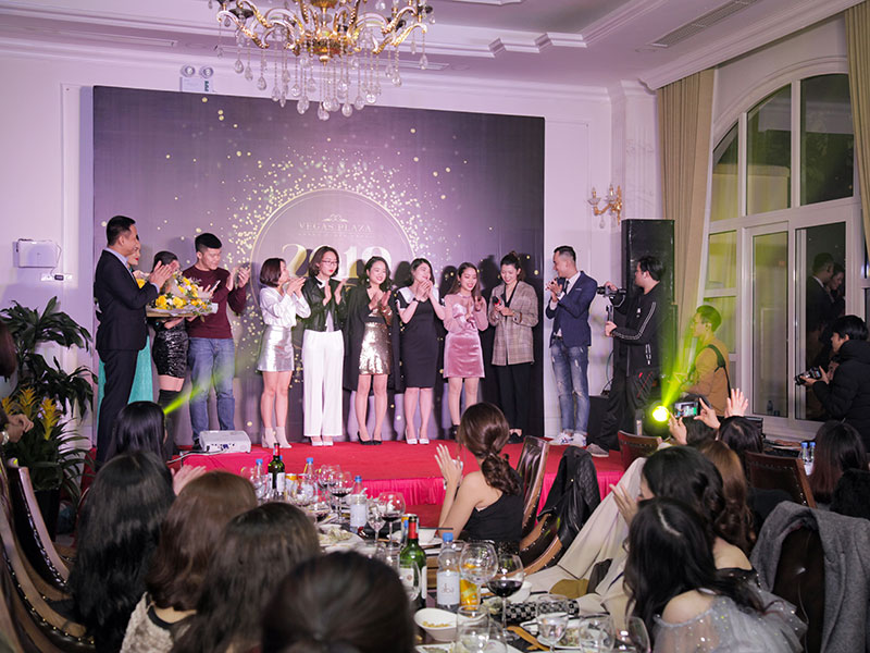 tro-choi-khuay-dong-khong-khi-tiec-cuoi-nam-01