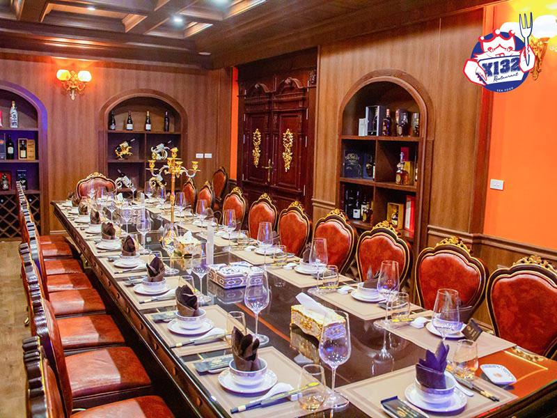 Tổ chức tiệc tại nhà hàng với không gian sang trọng, ấm cúng
